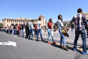 Сторонники лидера оппозиции в Армении Никола Пашиняна на площади Республики в Ереване. 2 мая 2018
